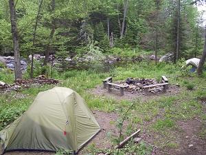 Site pour tente près de l'aire de feu